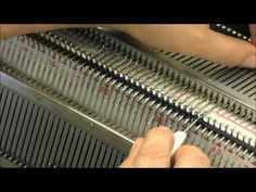 Вывязывание горловины на двух фонтурах. Частичное вязание на двух фонтурах - YouTube