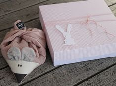 #snoeflingor #geschenkbox #hase #maus #baby #Geburt #ma.macht #snoeflingorladen Gift Wrapping, Gifts, Paper Mill, Baby Delivery, Invitation Cards, Hare, Invitations, Packaging, Handarbeit