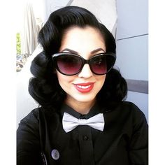 Vintage Hairstyles Curls The extremely stunning has got some shiny black hair! 1940s Hairstyles, Fancy Hairstyles, Curled Hairstyles, Rockabilly Hair, Rockabilly Fashion, Retro Updo, Hair Shop, Pin Up Hair, Style Retro