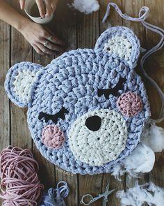 Cojín para niños de cara de oso hecho a mano a crochet