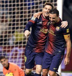 Messi, autor intelectual del primero, festeja con Xavi, el ejecutor. | Valladolid 1-3 FC Barcelona. [22.12.12]
