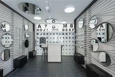 Una tienda de óptica que tiene por elemento principal de su diseño al optotipo es toda una promesa para el cliente y una excelente elección de diseño de interiores.