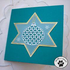 Hvězda+s+vánoční+ozdobou+-+přání+(pergamano)+Vánoční+přání+s+filigránsky+zdobenou+vánoční+ozdobou.+Přání+je+vyrobené+technikou+pergamano,+které+se+také+říká+papírová+krajka.+Motiv+není+na+pergamenu+nakreslený,+ale+je+vytlačený+z+rubové+strany+speciálním+rydlem,+takže+na+lícové+straně+vystupuje+plasticky+na+povrch.+Dominantním+prvkem+tohoto+přání+je+hustě...