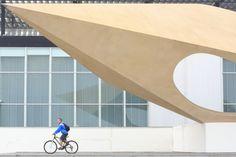 """France, Seine-Maritime (76), Le Havre, centre ville classé au Patrimoine Mondial de l'UNESCO, musée d'art moderne André-Malraux (MuMa) inauguré en 1961, parvis avec sa sculpture d'Henri-Georges Adam intitulée """"Le Signal"""" © Ludovic Maisant"""