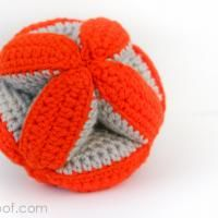 many free cute crochet patterns - Baby Clutch Ball from Petals to Picots