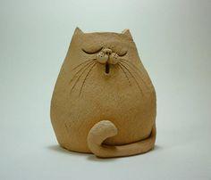 Gatto stilizzato interamente realizzato a mano in ceramica semirefrattaria arancione smaltata con un efetto vintage.