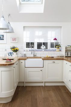 Cream kitchen with oak worktops – [pin_pinter_full_name] Cream kitchen with oak worktops Need country kitchen decorating ideas? Take a look at this cream kitchen from Style at Home for inspir… Solid Wood Kitchen Worktops, Solid Wood Kitchens, Kitchen Flooring, Oak Worktops, Kitchen Handles, Kitchen Backsplash, Door Handles, Cream And Oak Kitchen, New Kitchen