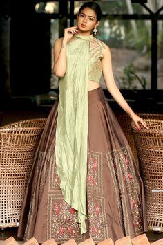 How to wear green dress shirts 44 ideas for 2019 Choli Blouse Design, Blouse Designs, Dress Designs, Indian Wedding Outfits, Indian Outfits, Indian Designer Outfits, Designer Dresses, Designer Lehnga Choli, Assymetrical Dress