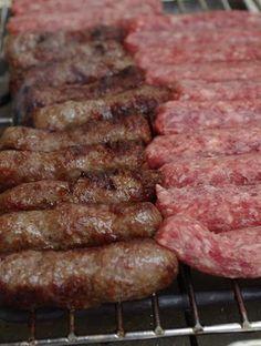 Az igazi csevapcsicsa Homemade Sausage Recipes, Meat Recipes, Cooking Recipes, Fresh Meat, Food 52, Food Hacks, Delish, Bacon, Grilling