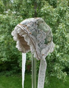 Bilder: Dåpsluer - www.toveaasland.com Kappor, Baby Bonnets, Christening, Sewing Projects, Winter Hats, Crochet Patterns, Rooms, Antiques, Children