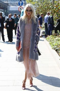 Frequently spotted in light summery dresses in bright colors with a romantic edge, Poppy Delevingne is a certified queen of boho chic. A gypsy look with serious style credentials, this is a look to copy for summer. Trench Burberry, Burberry Prorsum, Poppy Delevingne, British Fashion, British Style, London Fashion, Street Fashion, Jonathan Saunders, Nice Dresses
