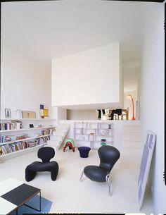 Verso do quarto suspenso e vista da sala de estar do apartamento de solteiro. Você gostaria de morar em um lugar assim?