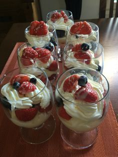 Sobremesa de amoras, framboesa, blueberries e marango e chantilly.