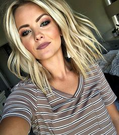 Dark blonde hair color proves to be a versatile color for all seasons. Prom Hairstyles, Easy Hairstyles, Straight Hairstyles, Medium Blonde Hairstyles, Urban Hairstyles, Hairstyle Hacks, Blonde Curly Hair, Short Blonde, Pelo Rasta