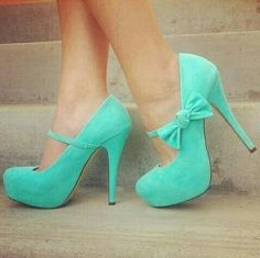 Bow turquoise pumps. Love them!