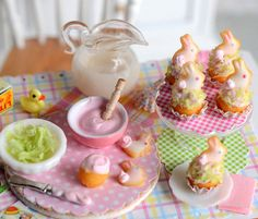 Ideal for your spring baking scene, this mini Easter set comes with 4 cupcakes topped with iced bunny cookies on a glass cake stand and one on a