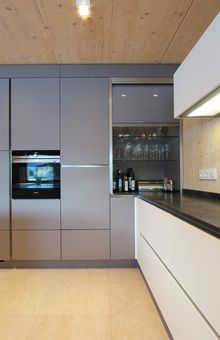 Rolloschrank aus Glas passend zur Farbe der Küchenfront
