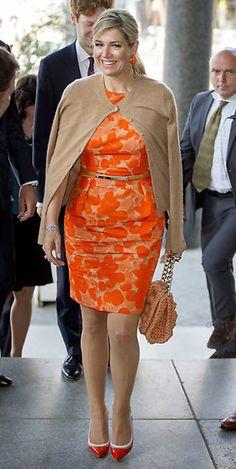Reina Máxima de Holanda Acto: Conferencia sobre el clima en el Centro Mundial de seguimiento de Róterdam (Países Bajos). Fecha: 11 de mayo de 2016. 'Look': Máxima de Holanda optó por un vestido naranja con estampado floral, de Natan, y coordinó con una rebeca en 'beige'. Como complementos, lució un bolso naranja, de Missoni; unos pendientes al tono y 'stilettos' de charol.