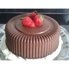 Bolo bombom fácil, fica lindo e delicioso, e ainda tem mais uma vantagem, você pode fazer também com chocolate branco e em porções menores. http://cakepot.com.br/bolo-bombom-facil/