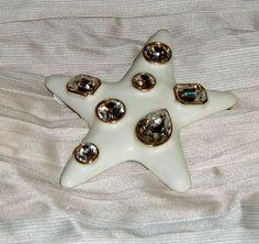Spilla STARFISH Di Kenneth Jay Lane, variante smaltata color panna con strass diamante. Modello creato nei primi anni '90 per Jackie Kennedy poi commercializzato. Euro 180,00.