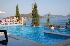 Dieses feine #Hotel auf der Adria-Insel Šipan liegt an einem Hang direkt am #Meer! Den Blick, die Ruhe, den #Komfort und die vielfältigen Ausflugsmöglichkeiten genießen vor allem Paare und Familien mit größeren Kindern.  #kroatien #croatia #travel #urlaub #reise #vamosreisen https://www.vamos-reisen.de/