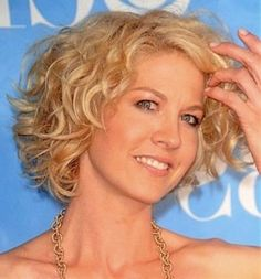 awesome Short Curly Hairstyles For Round Faces
