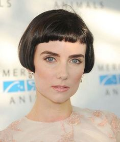 ideas when growing out bangs ideas for hair hairst. ideas when growing out bangs ideas for hair hairstyle ideas hairstyle ideas ideas for office Short Bobs With Bangs, Bob Haircut With Bangs, Short Hairstyles For Thick Hair, Short Bob Haircuts, Short Hair Cuts, Short Hair Styles, Bangs Hairstyle, Hairstyle Ideas, Stylish Hairstyles