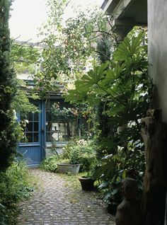 tucked away. I'd love for the entrance to my home to be this hidden from passersby - would increase privacy and decrease sound