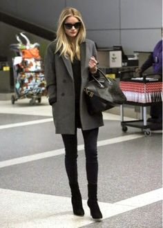 Street style: Rosie Huntington Whiteley Looks gorgeous in a grey coat over an all black outfit & boots Schwarzer Mantel Outfit, Mode Ootd, Look Blazer, Grey Blazer Outfit, Moda Chic, Looks Street Style, Classy Street Style, Winter Mode, Rosie Huntington Whiteley