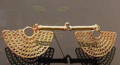 En la actual Ruta del Sombreo Vueltiao, emergió la cultura Zenú, una civilización indígena destacada por sus hermosas piezas de oro e ingeniosas obras hidráulicas que sorprendieron a los conquistadores. Tratándose de un pueblo que alcanzó considerables avances en el manejo de los recursos naturales que disponían, agua y fauna. La cultura Zenú, ubicada en ... Leer más Conquistador, Gold Jewelry, Bracelets, Fauna, 3 Piece, Image, World, Fertility Symbols, Antigua