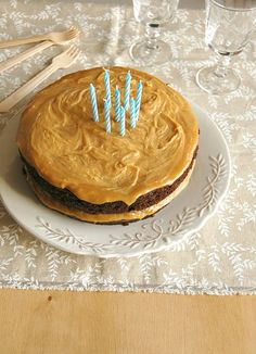 Sour cream-chocolate cake with caramelized white chocolate frosting / Bolo de chocolate e sour cream com ganache de chocolate branco caramelizado by Patricia Scarpin, via Flickr
