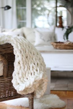 Directions to arm knit a blanket in 45 minutes