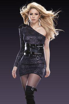 Shakira has became a rolemodle for many people Most Beautiful Women, Beautiful People, Shakira Style, Divas, Shakira Mebarak, Beauty And Fashion, Famous Girls, Woman Crush, Sexy Dresses