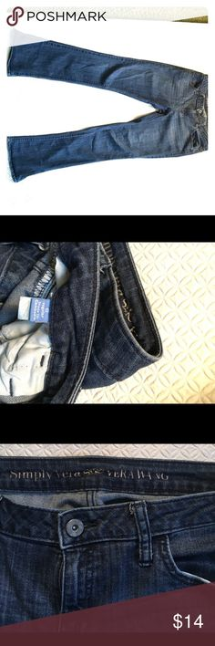 Simply Vera by Vera Wang Jeans Size 6 Great comfortable everyday blue jeans by Vera Wang. Relaxed regular size 6 jeans. Soft on the skin with an elastic stretch fit giving you that feeling of of flexibility and ease of movement. Simply Vera Vera Wang Jeans Flare & Wide Leg