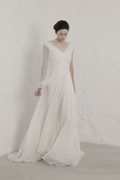 """¿Por qué elegir siempre lo mismo? Si ya tienes fecha para dar el """"sí quiero"""" y buscas diferenciarte de la manada, te informamos que una nueva horda de creadores se están abriendo paso en el mundo nupcial. #bodas #wedding #vestidos #novia #diseñadores #vestidosdenovia"""