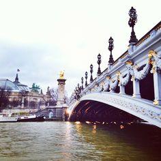 Les dorures du Pont Alexandre III scintillent, même sous la pluie ! #Paris http://instagram.com/p/jtcySOtBjq/
