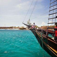Sinta-se um Pirata do Caribe! Com uma bebida tropical em sua mão, relaxe a bordo de um veleiro ao pôr do sol e, quem sabe, você não encontra seu tesouro por aqui? Converse com o seu agente de viagens e reserve agora o melhor pacote para esse feriadão prolongado. #ArubaEssaIlhaPega #OneHappyIsland