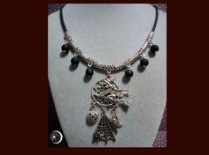 Colgante de atrapasueños con cham de bruja y chams  de calabaza ,tela araña con piedrecita negra y luna Cordón de caucho en color negro con entrepiezas y bolitas negras acrilicas