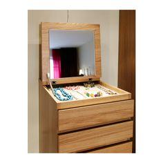 MALM Komoda, 6 zásuviek IKEA Vstavané zrkadlo. Praktické úložné riešenie na všetko od šperkov až po spodnú bielizeň. Mäkké vnútro na šperky....