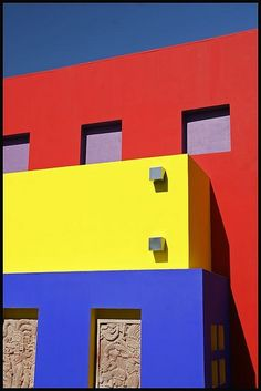 Primary colors and neoplasticism can be a good starting point to create a gripping architectural plan. This building is a great illustration of the century art highlight Piet Mondrian. Piet Mondrian, San Salvador, Blue Yellow, Red And Blue, Mode Collage, Three Primary Colors, Colour Architecture, Colourful Buildings, Wall Paint Colors