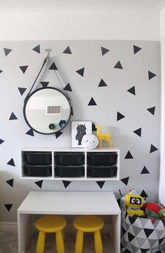 Organização | Cantinho no quarto infantil organizado com prateleira com nichos e cesto de brinquedos | Quarto das crianças | Micaela Góes