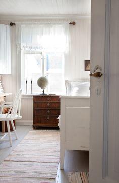 Bedroom with gray painted wood floor~ Livs Lyst: Soverommet