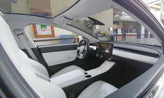 Tesla Model 3 (2017) - Im Netz ist eine erstes Foto aufgetaucht, dass einen Einblick in den Innenraum des neuen Tesla Model 3 (2017) verschafft. Das Interieur als minimalistisch zu bezeichnen, ist wohl fast untertrieben, denn außer dem Lenkrad und einem g