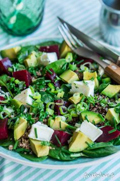 Salade d'Épinards, Lentilles, Betterave, Chèvre, Avocat, Quinoa, et Herbes - Food for Love