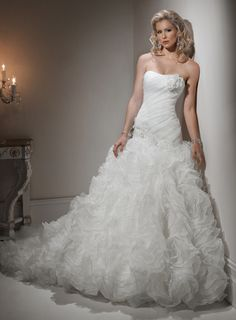 Fashionable Strapless Natural waist Tulle wedding dress