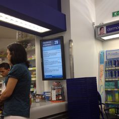 Digital Signage screen combines content and queue management at a Venezuelan pharmacy