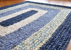 rug crocheted from strips of fabric found in thrift stores - I can make this for my kitchen! Reminds me of the braided rugs my grandmom used to make. Crochet Carpet, Crochet Home, Crochet Crafts, Crochet Rugs, Diy Crafts, Fabric Yarn, Fabric Crafts, Scrap Fabric, Fabric Strips