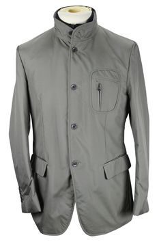 Stay warm outside with this solid grey polyamide jacket made by Refrigiwear and heavily discounted from the retail price. We take all our own photos to present you with realistic and vivid detail. All items are hand-measured with body measurements to ensure a perfect fit. Chest: 16 | Overarm: 18