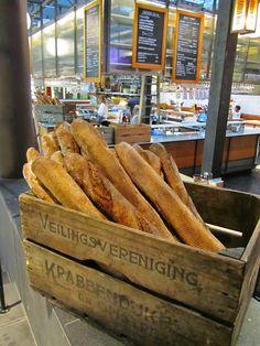 Baguettes in an old Swedish crate via lyckobo. Zweeds? Deze kist komt uit Krabbendijke! Het kan niet Hollandser!