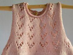 Vestido rosa con motivo calado en el pecho, tejido a mano con hilo elástico de excelente calidad. para la primavera y el verano, talla de 0 a 3 meses. Unas zapatillas de tela pueden ser un buen complemento para el paseo. Cuidados